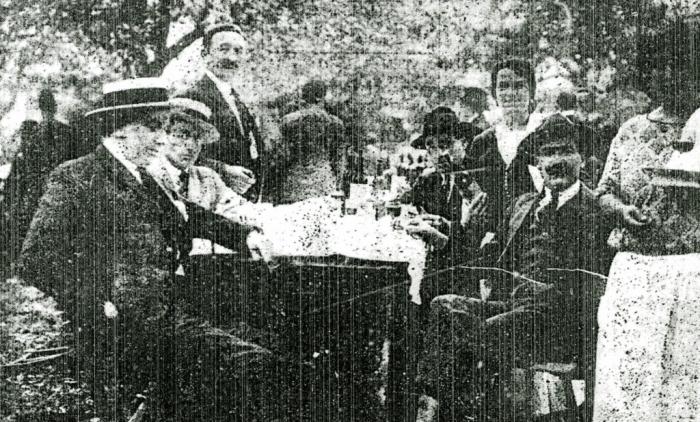 Festejando con los amigos, 1924